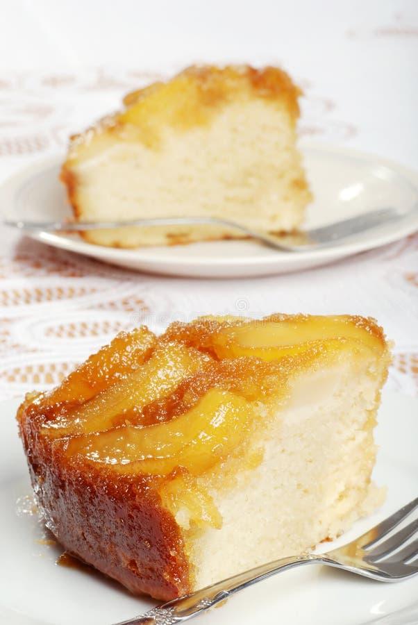 Dos rebanadas de torta al revés de la pera imagenes de archivo