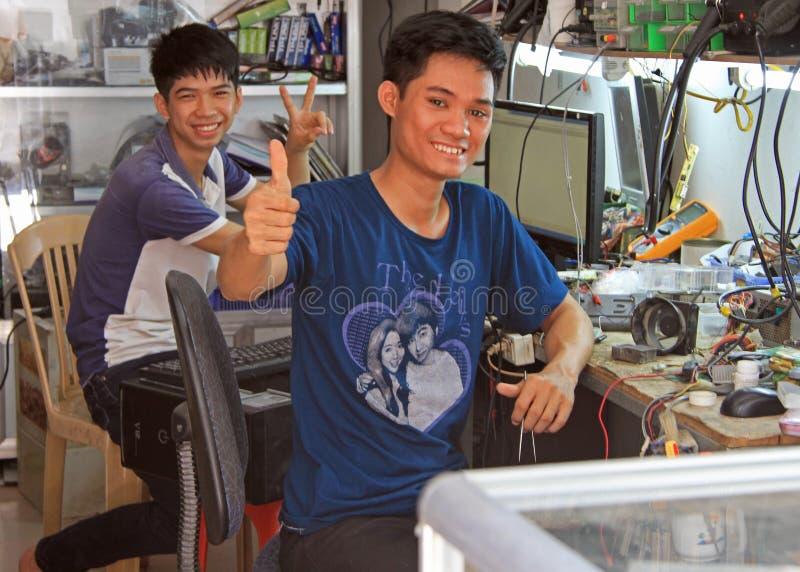 Dos reparadores están mostrando acogiendo con satisfacción gestos en Vinh, Vietnam imágenes de archivo libres de regalías