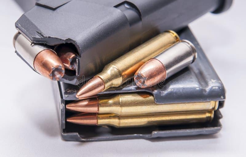Dos revistas cargadas, una para una pistola de 9m m y la otra para un rifle de 223 calibres fotografía de archivo libre de regalías