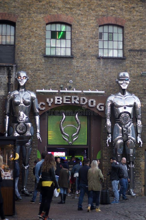 Dos robots grandes en la entrada a una tienda llamaron Cyberdog en Camden Lock Market o Camden Town con la gente alrededor en Lon imagen de archivo libre de regalías
