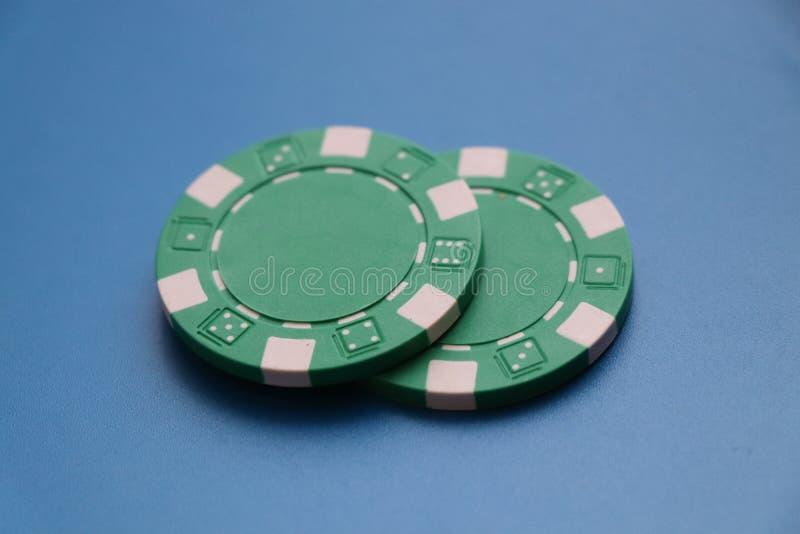 Dos símbolos verdes para jugar el roullete o un poco de póker imagen de archivo