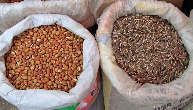 Dos sacos con las semillas en el mercado en Lijiang imagenes de archivo