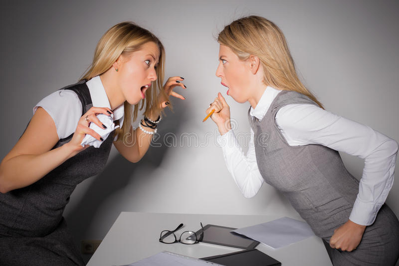 Dos señoras del negocio que tienen una lucha imagen de archivo libre de regalías