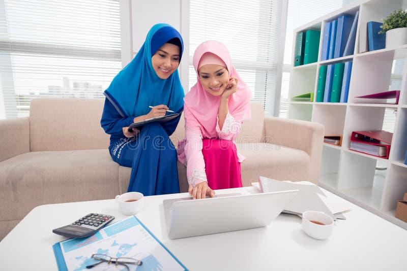 Dos señoras musulmanes del negocio imágenes de archivo libres de regalías
