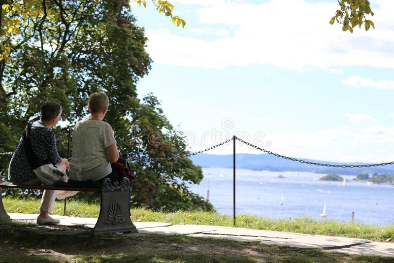 Dos señoras tenían un rato de la relajación en Oslo Noruega foto de archivo libre de regalías