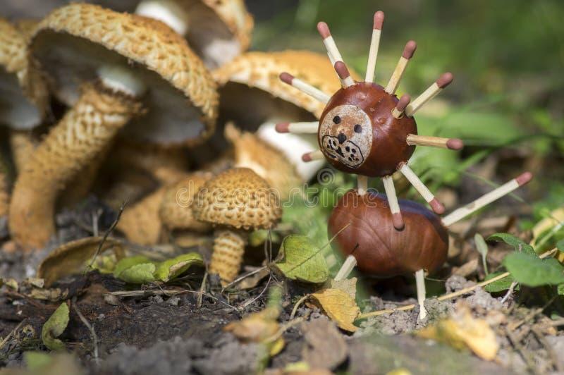 Dos setas siguientes animales de la castaña divertida, artesanía tradicional del otoño, león foto de archivo libre de regalías