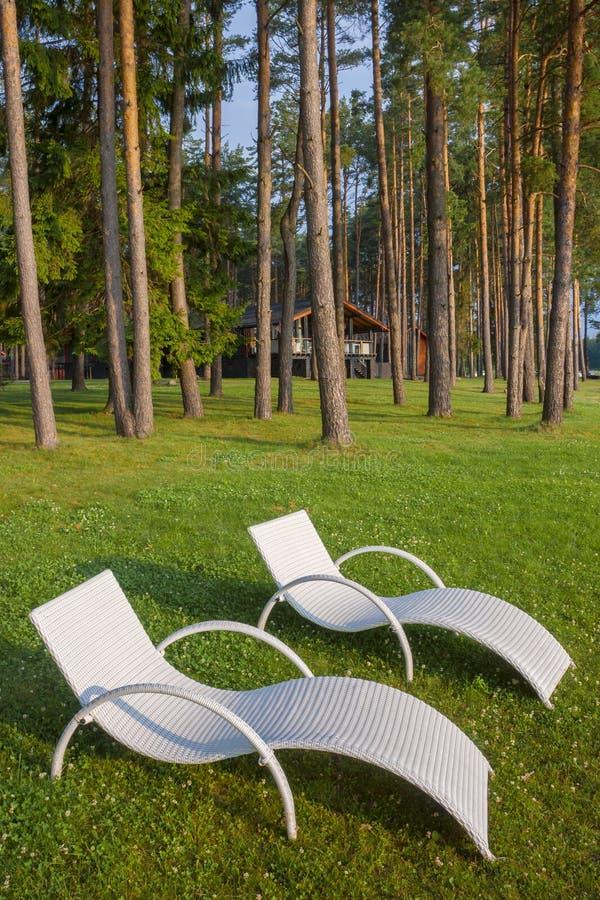 Dos sillas de cubierta blancas fotografía de archivo libre de regalías