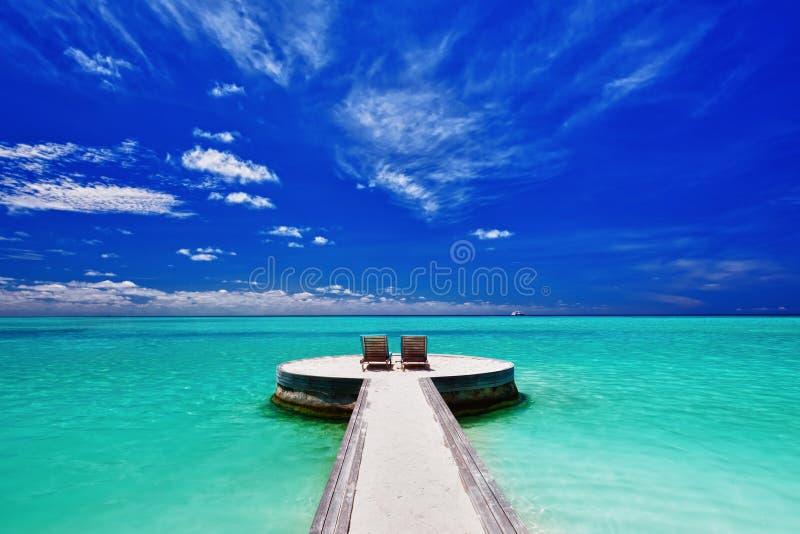Dos sillas de cubierta en la playa tropical imponente foto de archivo libre de regalías