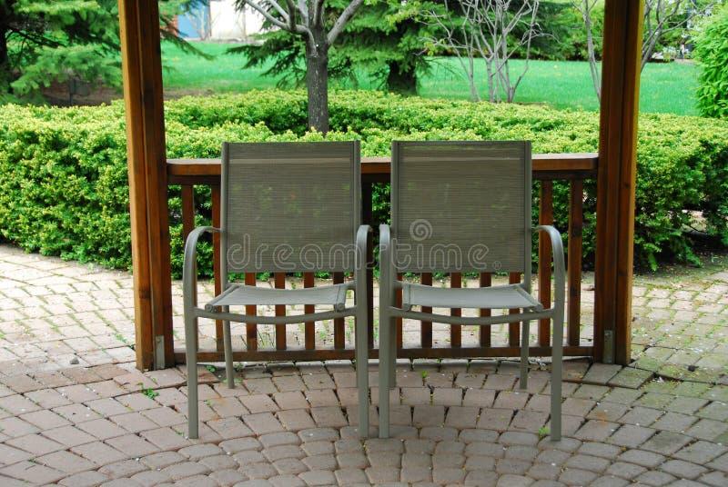 Dos sillas del patio imágenes de archivo libres de regalías
