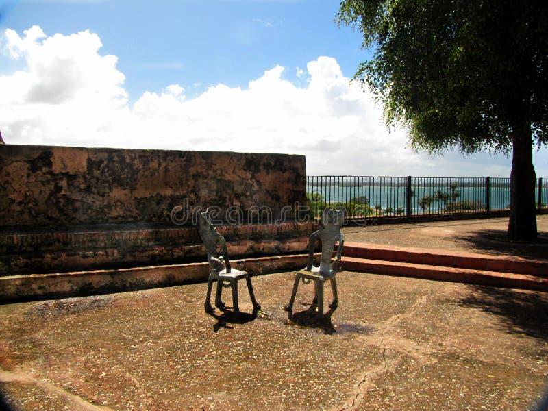 Dos sillas en un lugar público en San Juan, Puerto Rico foto de archivo libre de regalías