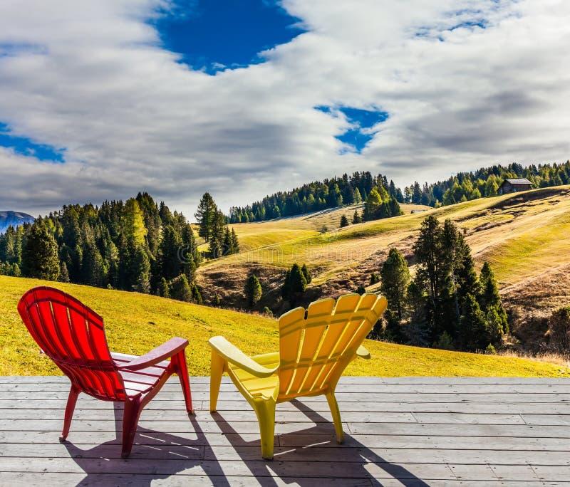 Dos sillones en la terraza del hotel fotos de archivo
