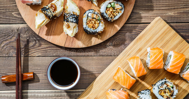 Dos sistemas del sushi en las placas fotos de archivo