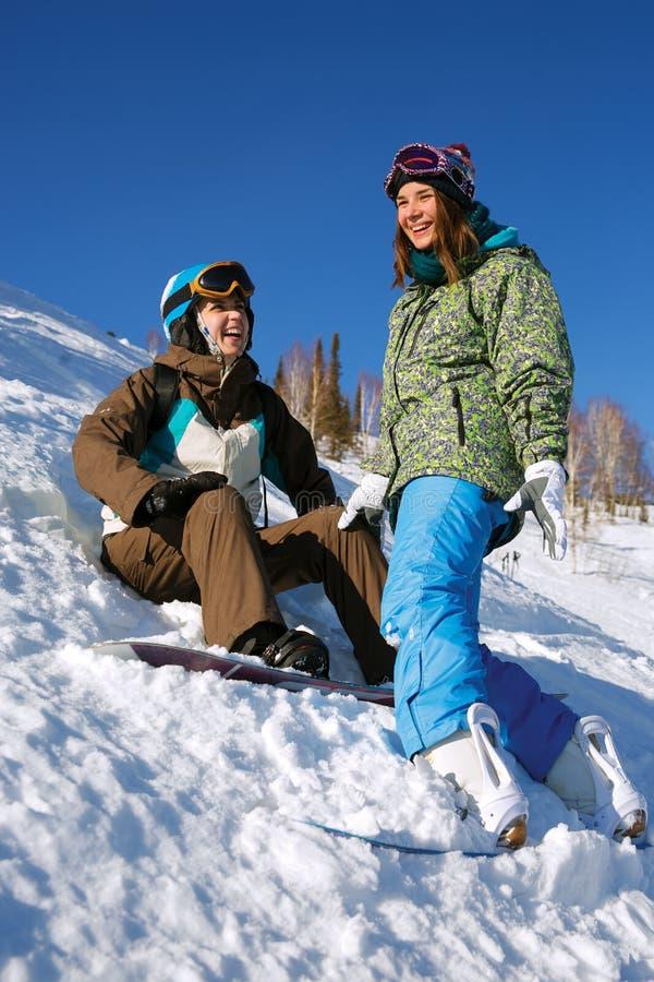 Dos snowboarders alegres imagen de archivo