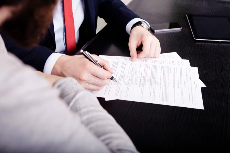 Dos socios comerciales que firman un documento Contrato fotos de archivo