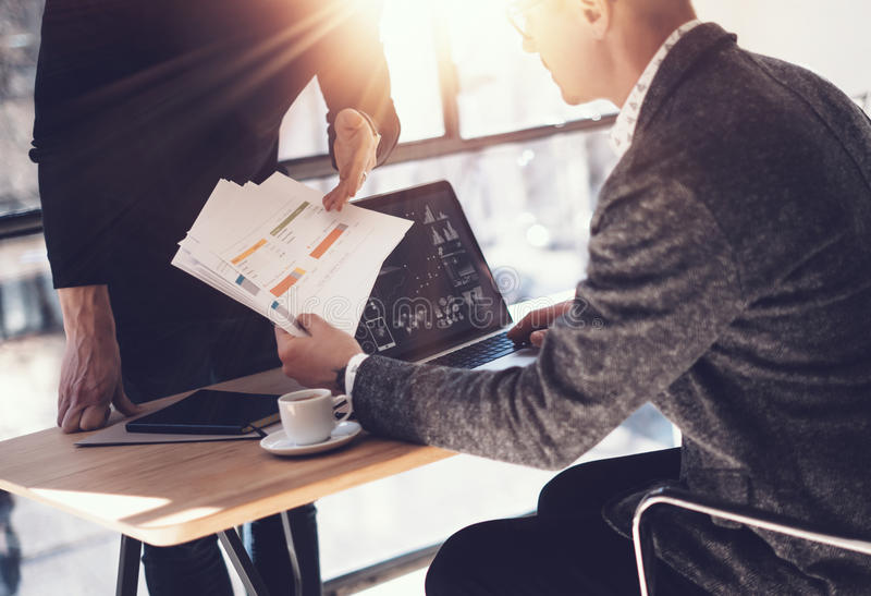 Dos socios que hacen la investigación para la nueva dirección del negocio Hombre de negocios adulto que trabaja el ordenador port foto de archivo