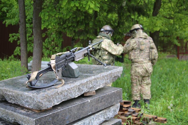 Dos soldados con una ametralladora fotografía de archivo libre de regalías