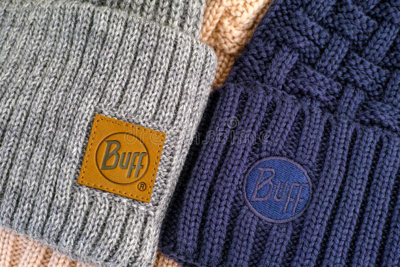 Dos sombreros de punto con etiquetas de ropa Buff imágenes de archivo libres de regalías