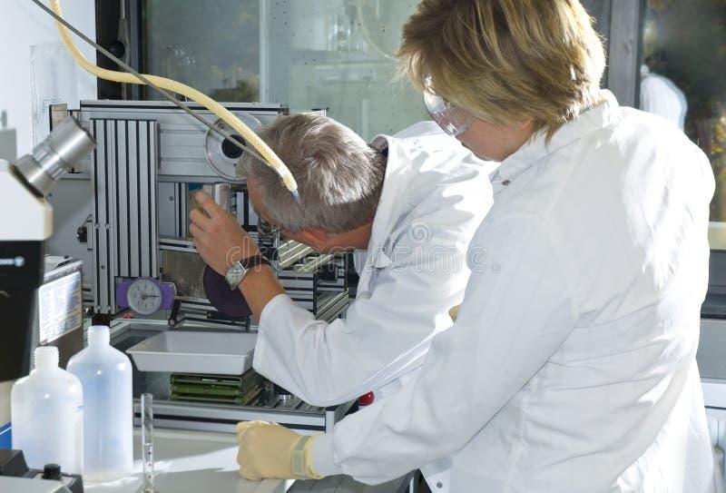 Dos técnicos de la ciencia foto de archivo