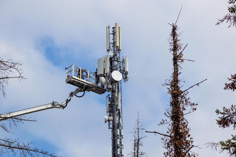 Dos técnicos que trabajan en una torre de la telecomunicación imagen de archivo