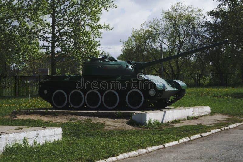 Dos tanques retros das cores diferentes da segunda guerra mundial foto de stock