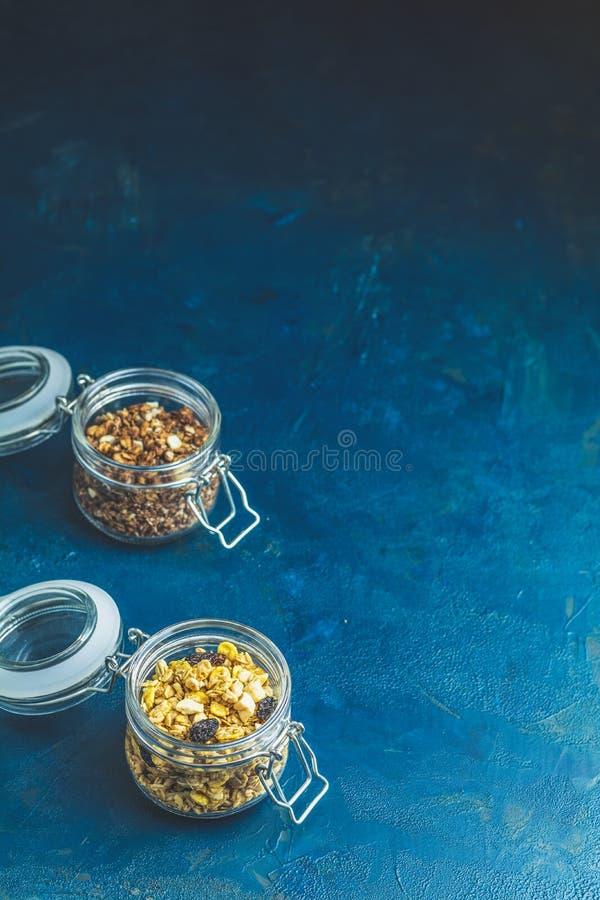 Dos tarros de cristal abiertos de granola org?nico foto de archivo libre de regalías