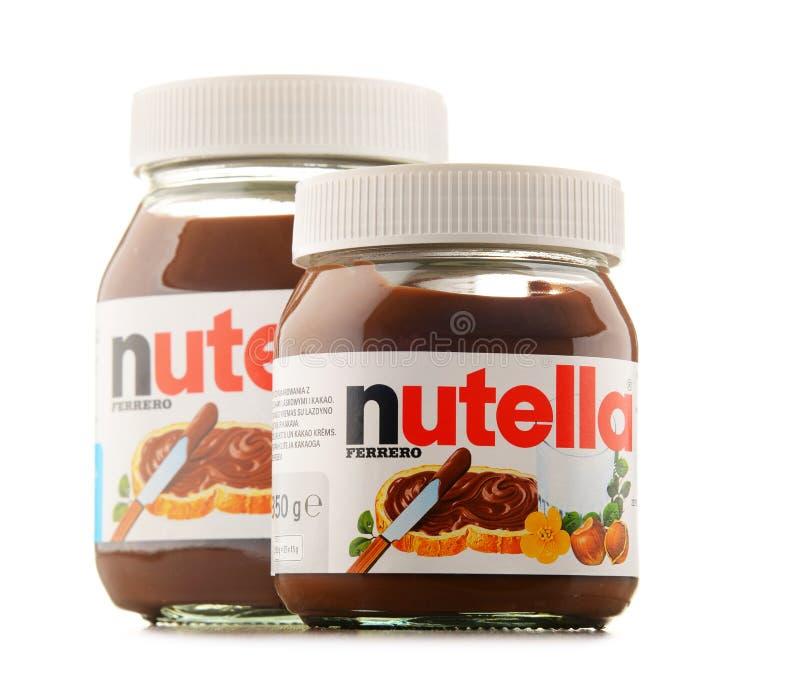 Dos tarros de la extensión de Nutella aislados en blanco fotos de archivo
