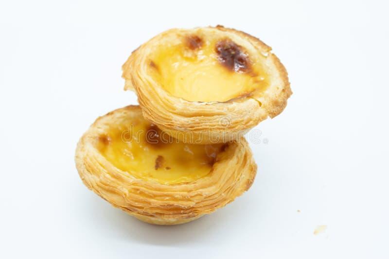 Dos tartas portuguesas de las natillas en un fondo blanco imagen de archivo