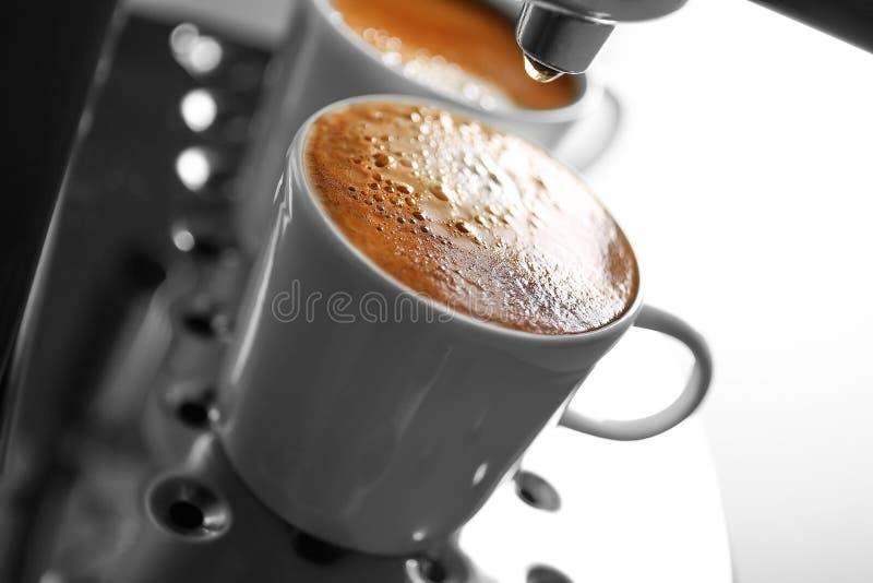 Dos tazas con café express fresco en nuevo fabricante de café, imagenes de archivo