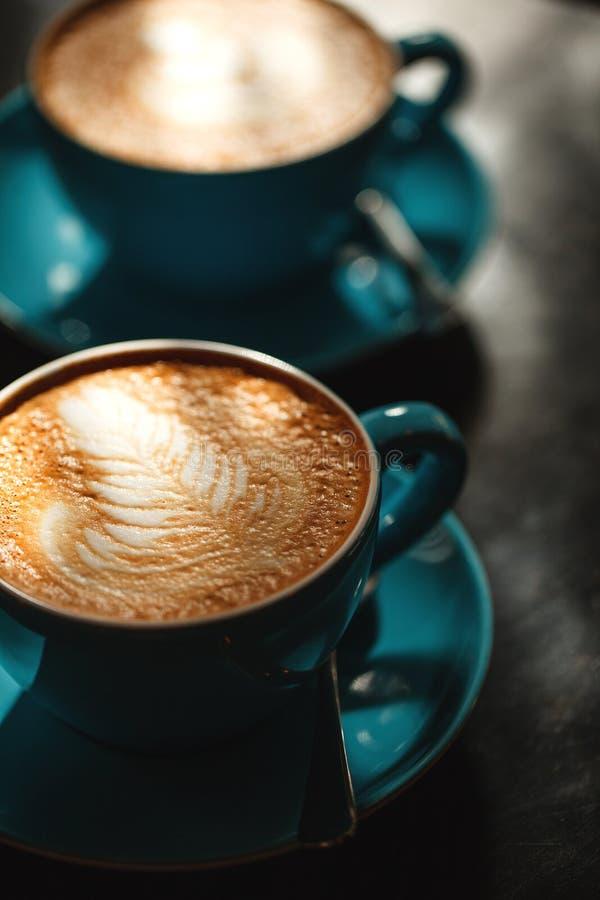 Dos tazas de café con crema fotografía de archivo libre de regalías