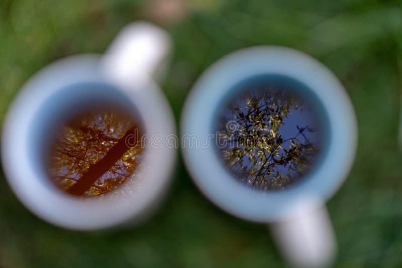 Dos tazas de café con la reflexión imagenes de archivo