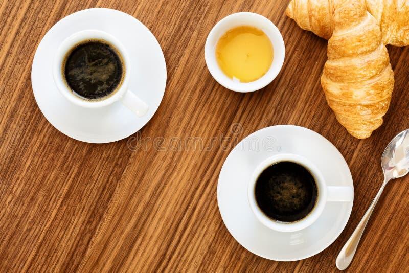Dos tazas de café con los cruasanes imagenes de archivo