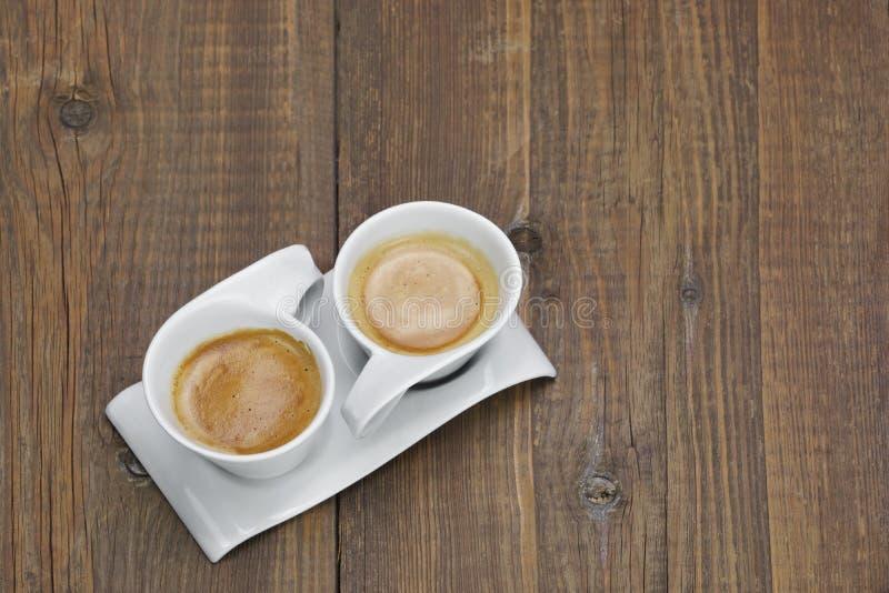 Dos tazas de café en la tabla de madera imagen de archivo