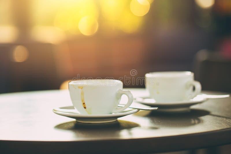 Dos tazas de café en luz de madera de la mañana de la tabla fotos de archivo