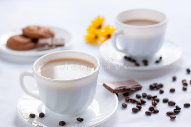 Dos tazas de chocolate del café, del galleta de harina de avena y con leche Desayuno de la mañana para dos foto de archivo libre de regalías