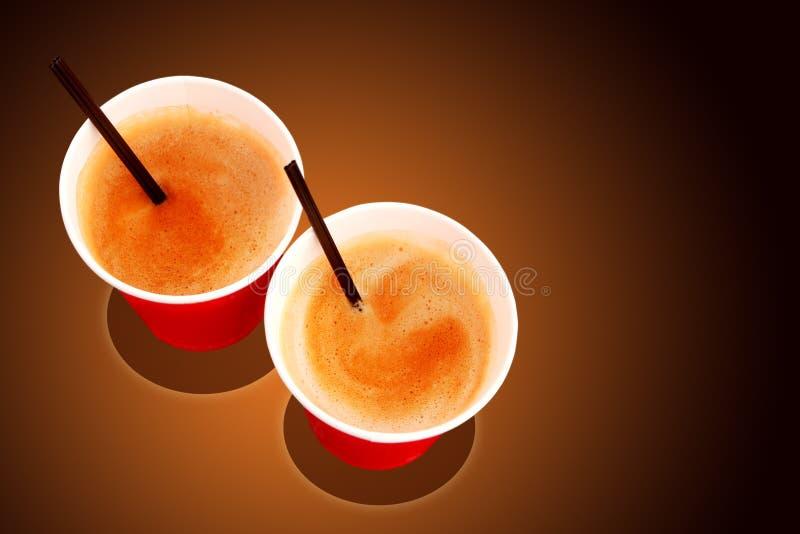 Dos tazas de papel llenadas de café recientemente elaborado cerveza imagenes de archivo