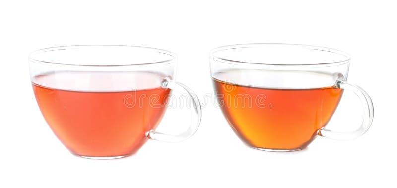 Dos tazas de té aromático caliente en el fondo blanco fotografía de archivo
