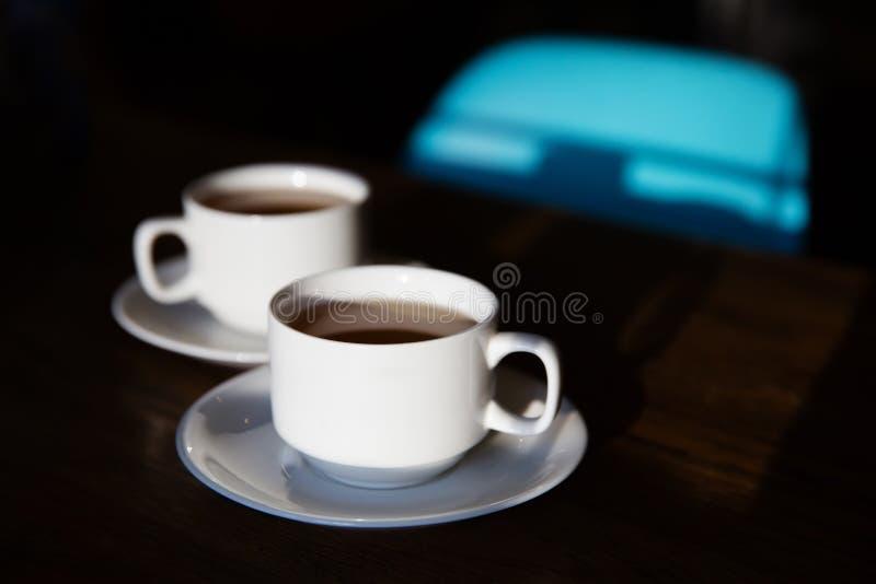 Dos tazas de té en la tabla fotografía de archivo libre de regalías