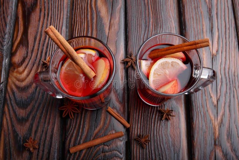 Dos tazas de té rojo con los limones y las especias sanos en un fondo de la tabla Té médico hecho en casa fotos de archivo