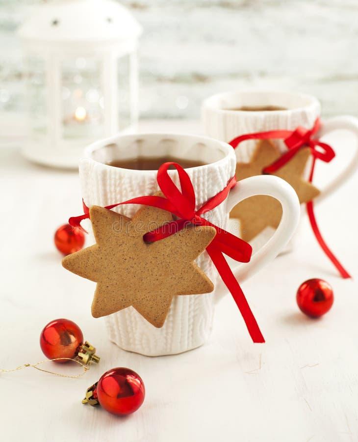 Dos tazas de té y de pan de jengibre calientes foto de archivo libre de regalías