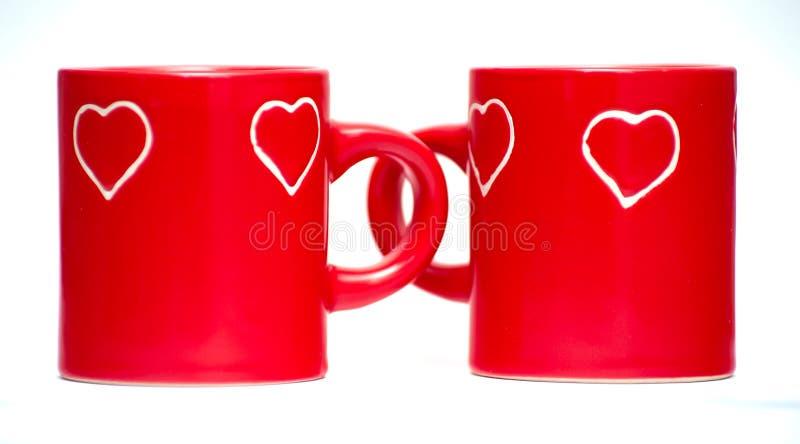 Dos tazas rojas del corazón del amor fotografía de archivo