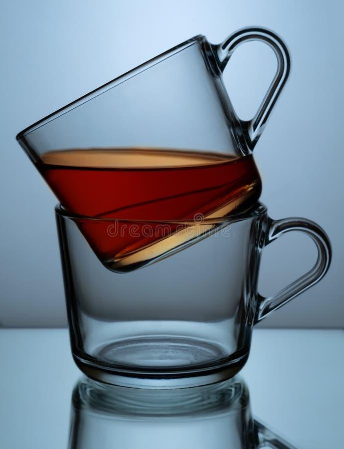 Dos tazas transparentes de cristal con té imagen de archivo libre de regalías