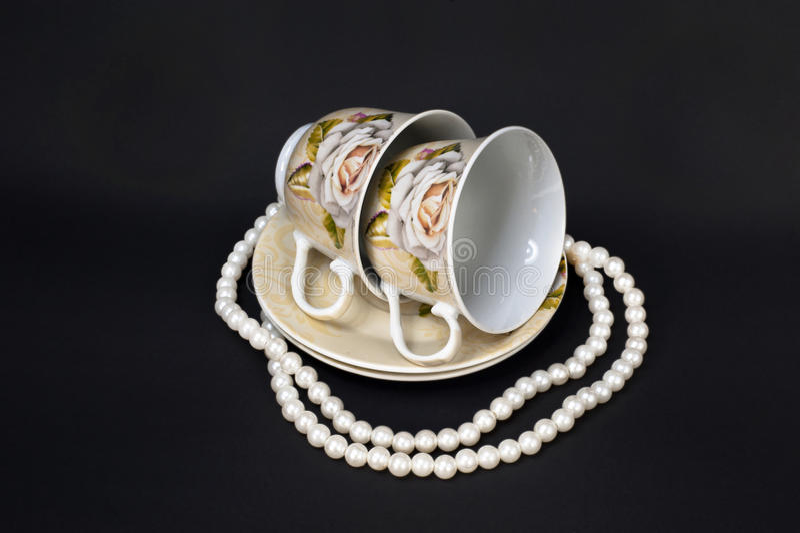 Dos tazas y perlas fotos de archivo libres de regalías