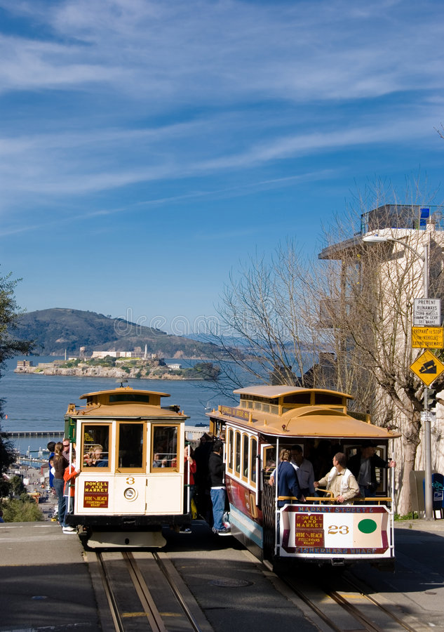 Dos teleféricos de San Francisco con Alcatraz en el fondo imagen de archivo libre de regalías