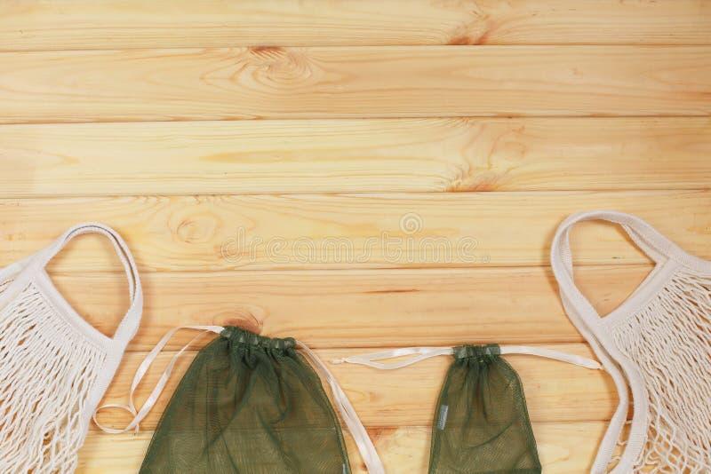 Dos tipos de bolsas de compra reutilizables sobre fondo de madera fotografía de archivo libre de regalías