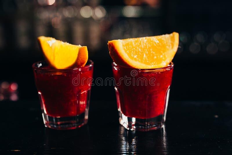Dos tiros rojos con la naranja en un fondo oscuro fotos de archivo libres de regalías