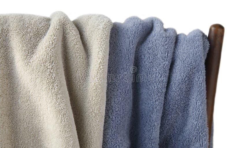 Dos toallas en una silla imagen de archivo libre de regalías