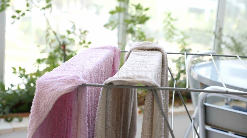Dos toallas limpias que se secan en un carril en un patio foto de archivo libre de regalías