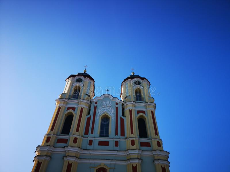 Dos torres de iglesia católica en fondo del cielo imagen de archivo