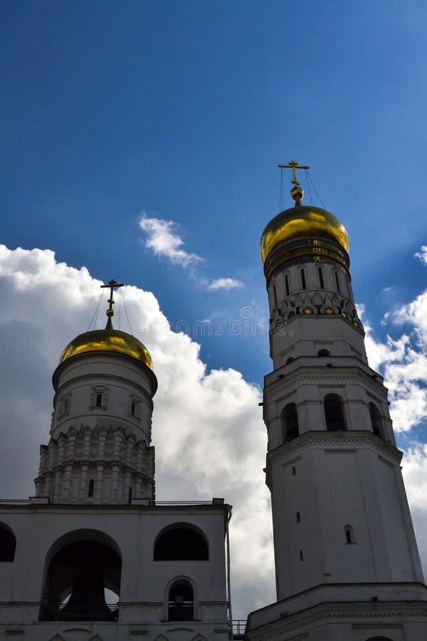 Dos torres del campanario de Ivan el grande enfrente del cielo azul Visión inferior fotografía de archivo libre de regalías