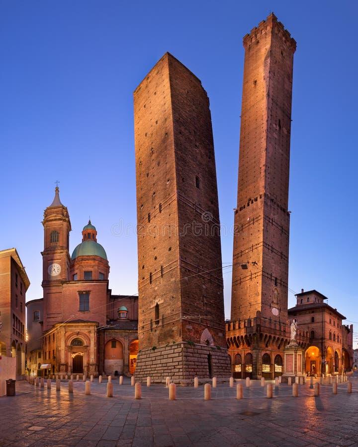 Dos torres y Chiesa di San Bartolomé por la mañana, Bolonia, foto de archivo libre de regalías